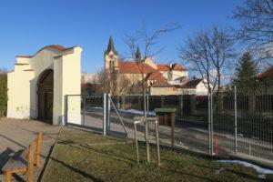 Lípa republiky u chvalské školy v Horních Počernicích